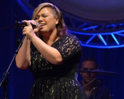 Kelly Clarkson cancels UK tour on doctor's orders for 'vocal rest'
